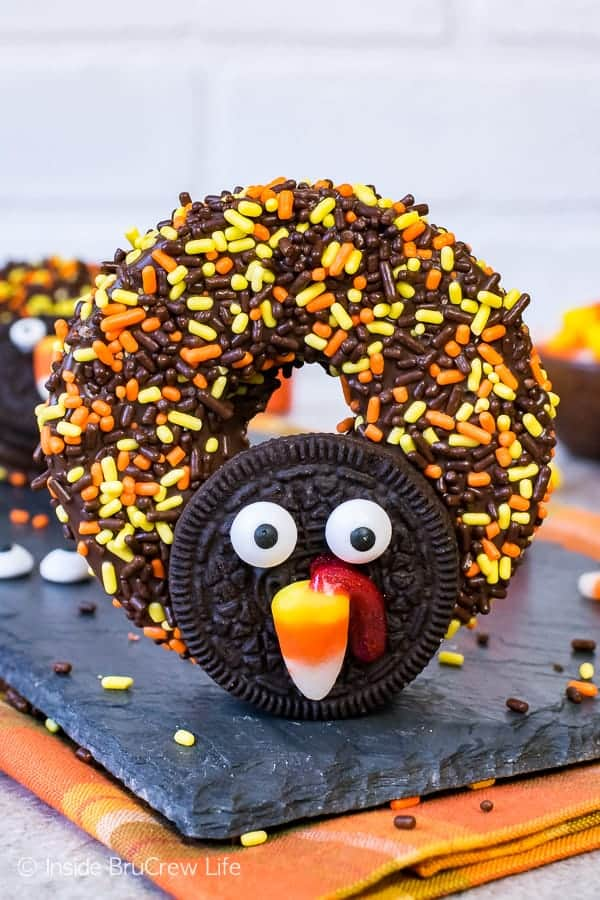 Chocolate Covered Apple Ring Turkeys - cookies and sprinkles turn these apples into the cutest turkey treat. Easy no bake recipe for kids to create on Thanksgiving day.