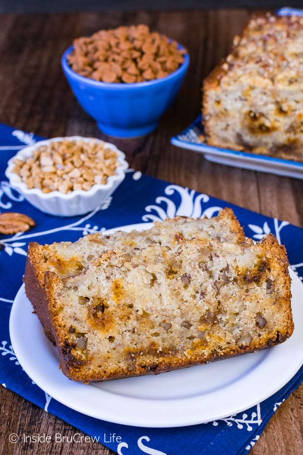 Cinnamon Toffee Pecan Banana Bread - this easy sweet bread is loaded with lots of banana and cinnamon pecan flavor. Great recipe to use up ripe bananas!