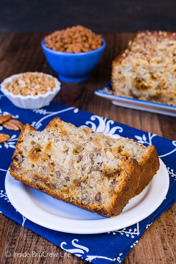 Cinnamon Toffee Pecan Banana Bread - this easy sweet bread is full of cinnamon chips and pecans! Great recipe to use up the ripe bananas!