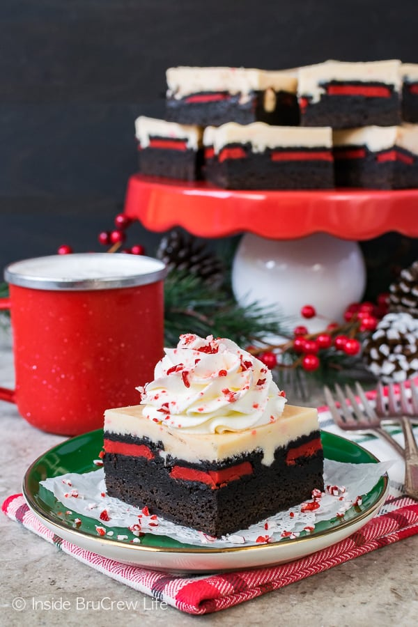 Peppermint Cheesecake Oreo Brownies: layers of homemade brownies, holiday cookies, and peppermint cheesecake will put a smile on your face this Christmas.