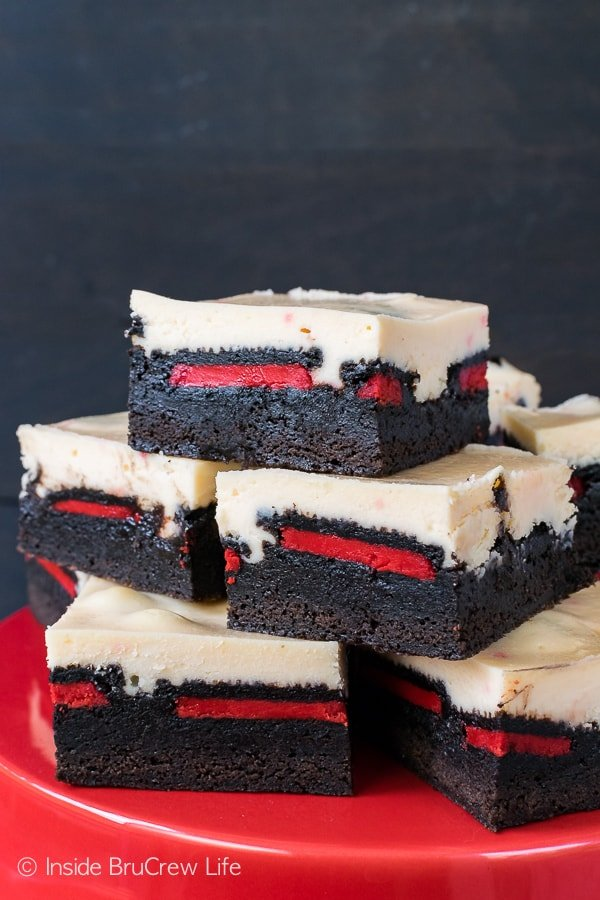 Peppermint Cheesecake Oreo Brownies - peppermint cheesecake, holiday cookies, and chewy brownies create an impressive holiday dessert. Easy recipe for Christmas parties!