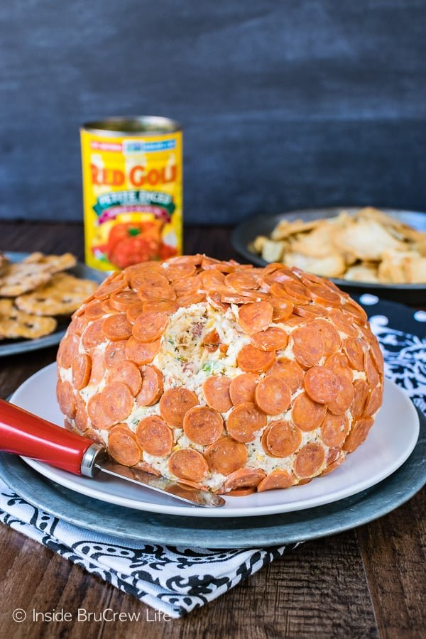 Loaded Pizza Cheese Ball - pizza toppings mixed with four kinds of cheese makes an awesome appetizer. Great recipe for game day parties!