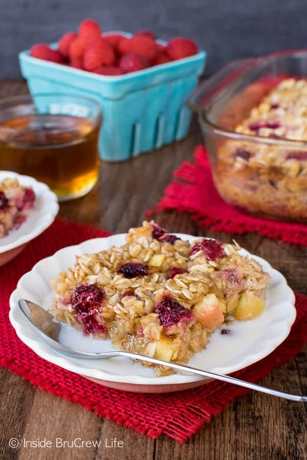 Raspberry Apple Baked Oatmeal - easy baked oatmeal loaded with apples and raspberries. Great recipe for breakfast! #oatmeal #apple #raspberry #bakedoatmeal #easy #recipe #breakfast