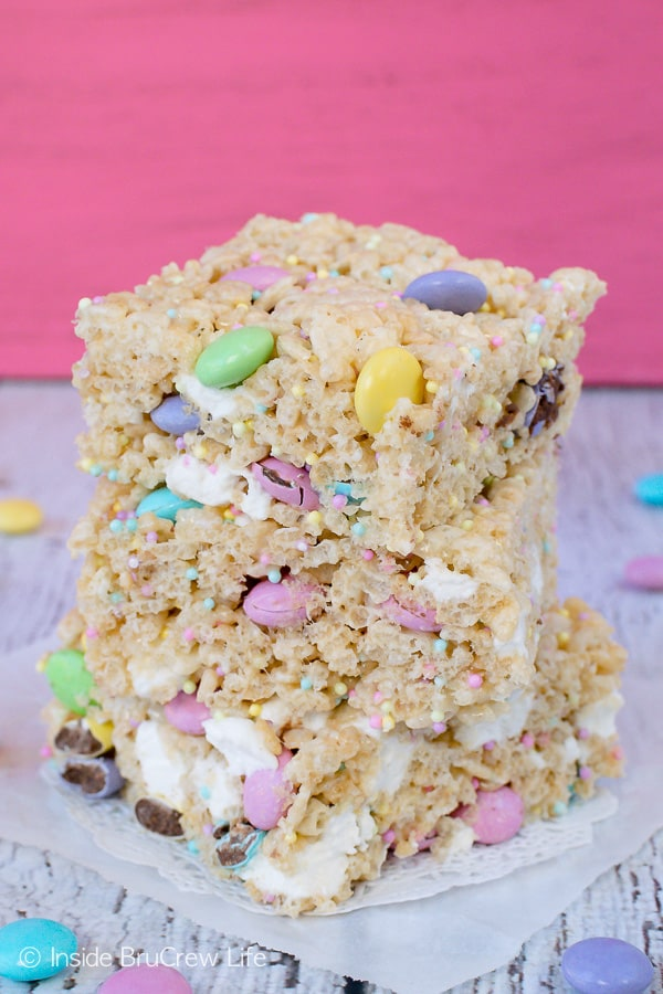 Easter Rice Krispies Treats - pastel candies, sprinkles, and extra marshmallows make these the best rice krispies treats. Great recipe to make for Easter parties. #nobake #ricekrispies #sprinkles #dessert #Easter #ricekrispiestreats #candy