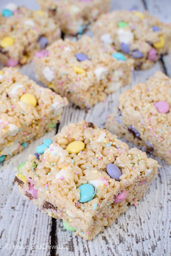 Easter Rice Krispies Treats - pockets of marshmallows, sprinkles, and candies make these the best rice krispies treats. Great recipe to share at Easter parties. #nobake #ricekrispies #sprinkles #dessert #Easter #ricekrispiestreats #candy
