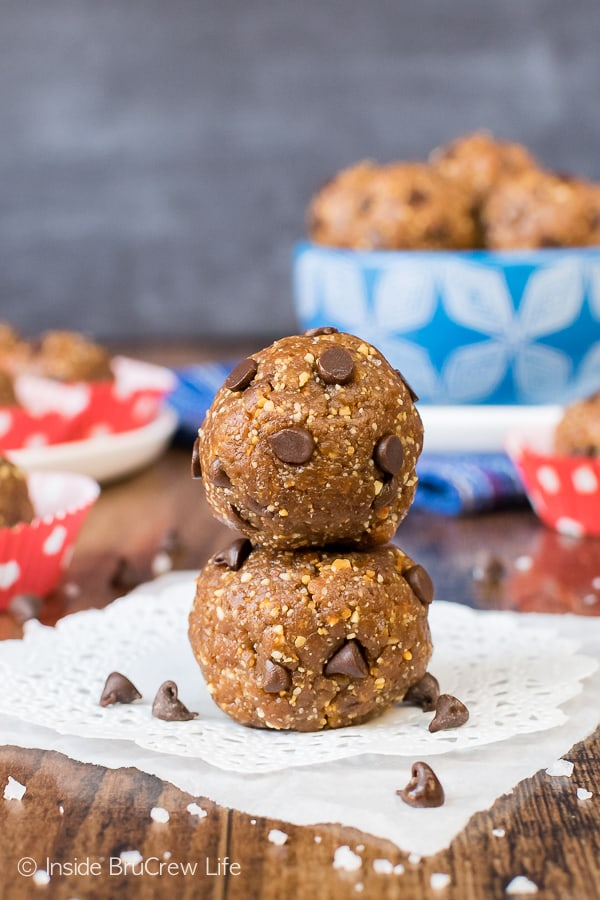 Healthy Peanut Butter Chocolate Chip Bites - these healthy energy bites are made with just 4 ingredients and can be in your fridge in under 10 minutes. Great recipe to keep on hand when you need a sweet yet healthy snack. #nobake #healthysnack #peanutbutter #chocolate #energybites #sweettreat #homemade #healthy