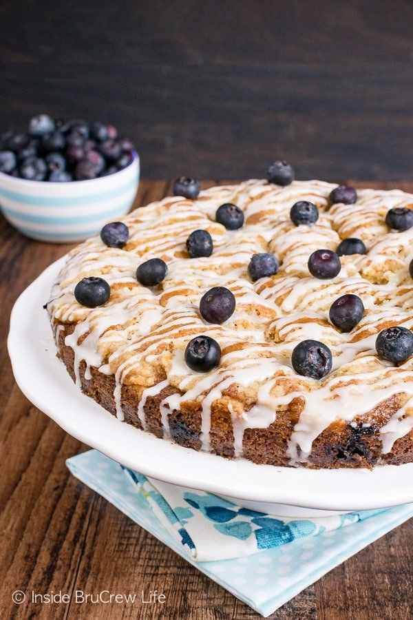 Blueberry Orange Crumble Cake - the sweet streusel and glaze make this pretty coffee cake amazing. Fresh berries and orange zest give it a great flavor too. Make this easy recipe for breakfast or brunch. #coffeecake #blueberry #orange #breakfast #brunch #mothersday #homemade #recipe #easy