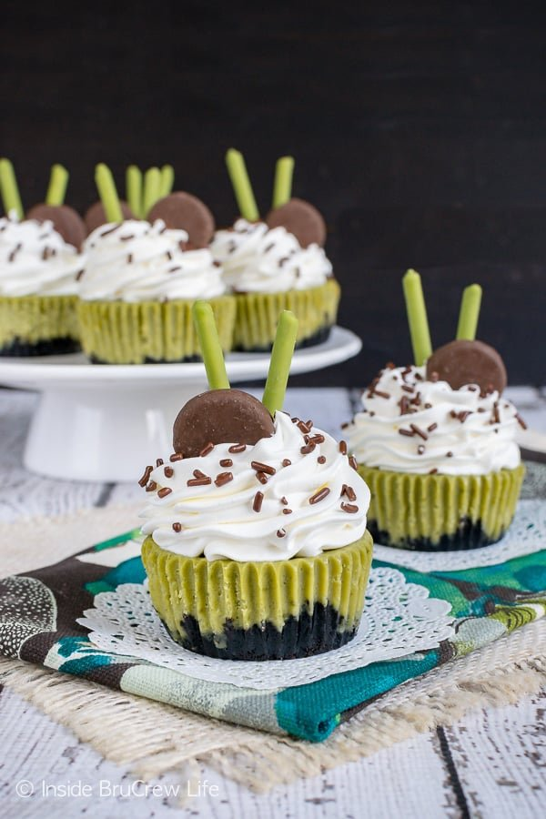 Matcha Green Tea Cheesecakes - these creamy little cheesecakes taste just like the coffee shop drinks. Make this easy recipe for summer parties and picnics. #cheesecake #matcha #greentea #minidesserts #summer #picnic #recipe