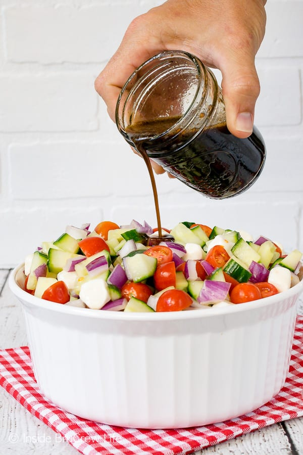 Balsamic Caprese Veggie Salad - drizzle this healthy veggie salad with a homemade balsamic vinaigrette. It's a great side dish that is healthy. Enjoy it with chicken or burgers. #salad #healthy #tomatoes #cucumber #picnic #sidedish #veggies #leanandgreen