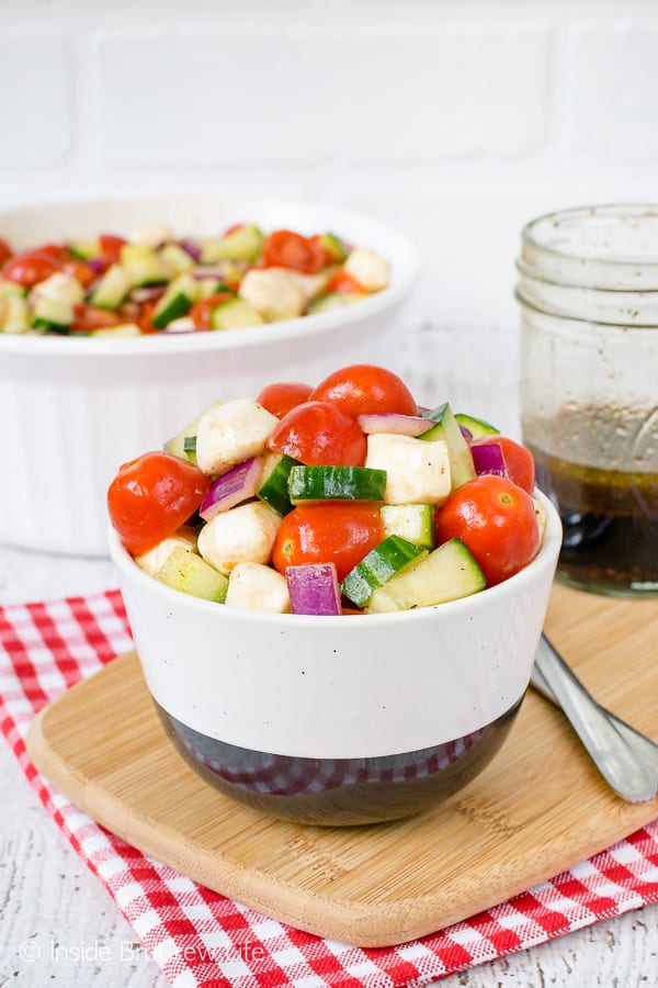 Balsamic Caprese Veggie Salad - this easy veggie salad is the perfect side dish for chicken or burgers. Make this healthy recipe for all your summer picnics. #salad #healthy #tomatoes #cucumber #picnic #sidedish #veggies #leanandgreen