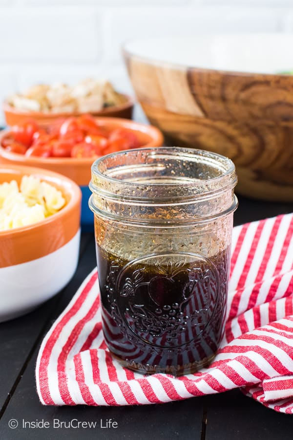 Homemade Honey Balsamic Vinaigrette - add all the ingredients for this homemade dressing in a mason jar and shake. Make this easy recipe for summer salads! #dressing #vinaigrette #salad #homemade #honey #balsamic #recipe