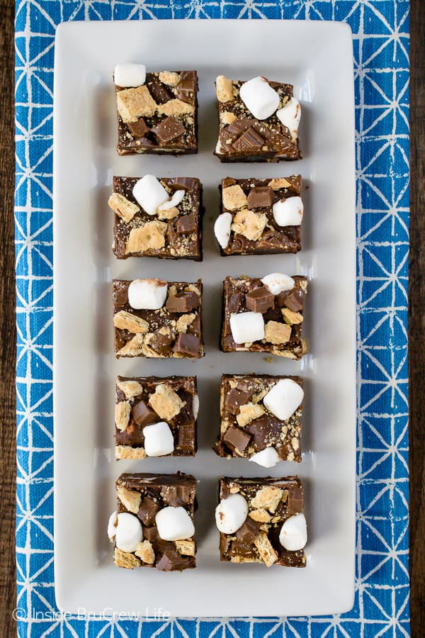 Milk Chocolate S'mores Fudge - this easy chocolate fudge is loaded with marshmallows, graham crackers, and chocolate candy bars. Make this no bake recipe for summer parties! #chocolate #fudge #nobake #smores #marshmallow #easydessert #sweettreat