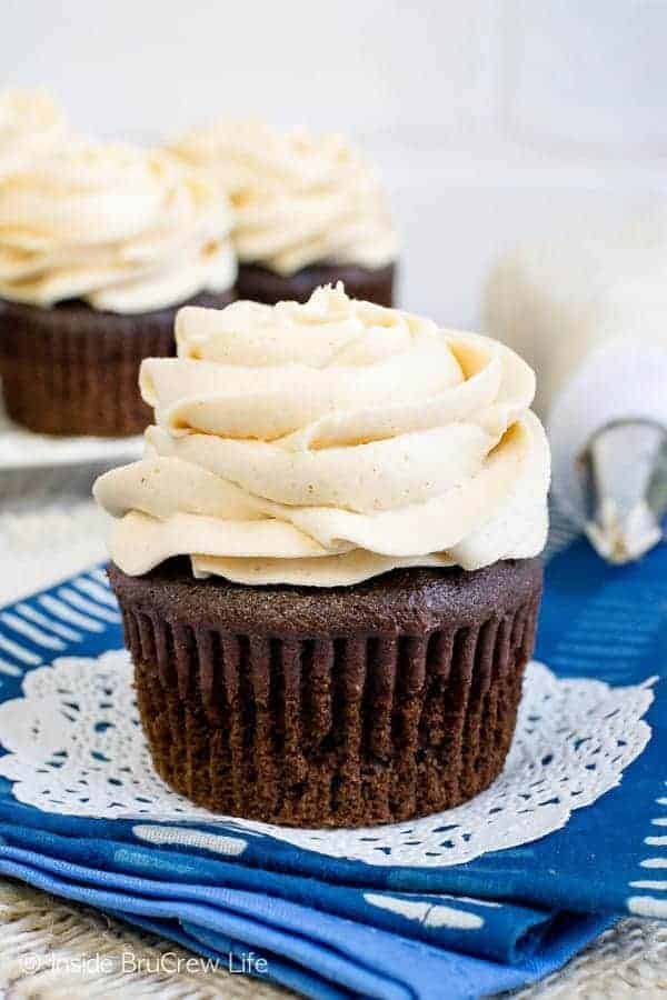 Best Honey Peanut Butter Frosting - this homemade frosting gets the creamy texture from peanut butter and honey. Try this easy recipe on cakes, cupcakes, or brownies and watch them disappear! #frosting #peanutbutter #honey #homemade #buttercream #sweetandsalty
