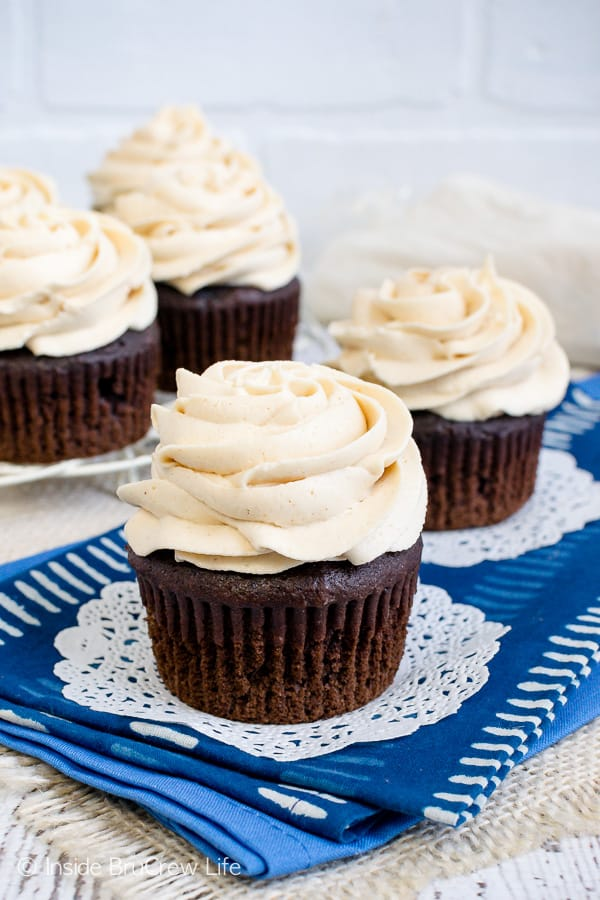 Best Honey Peanut Butter Frosting -this light and fluffy frosting gets the great texture from peanut butter and honey. Make this recipe for your cupcakes, cakes, or brownies. #frosting #peanutbutter #honey #homemade #buttercream #sweetandsalty