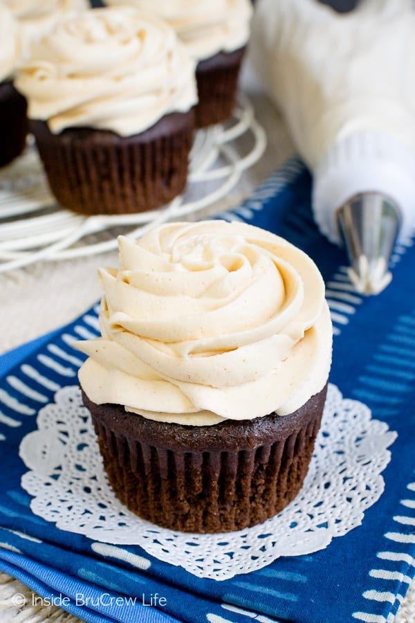 Best Honey Peanut Butter Frosting - honey and peanut butter give this easy homemade frosting a creamy and fluffy texture. Add this recipe to cupcakes, brownies, or cakes. #frosting #peanutbutter #honey #homemade #buttercream #sweetandsalty