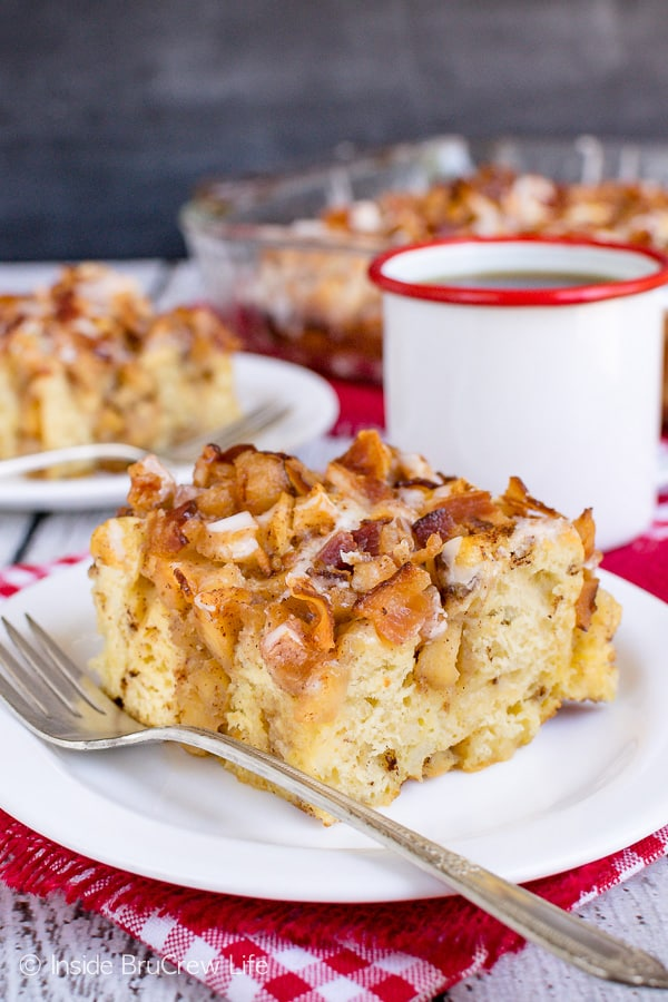 Maple Bacon Apple Cinnamon Roll Bake - this easy cinnamon roll casserole is loaded with soft apples, crunchy bacon, and maple icing. Try this recipe for breakfast or brunch parties! #apple #bacon #cinnamonrolls #maple #easyrecipe #breakfast #brunch #breakfastcasserole #crunchpak