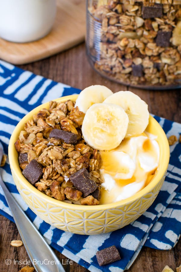 Peanut Butter Banana Chocolate Chunk Granola - this easy homemade granola is perfect for eating with milk or on top of yogurt. Make this recipe today for breakfast or an afternoon snack! #homemade #granola #banana #chocolate #peanutbutter #breakfast #snackmix #snacking