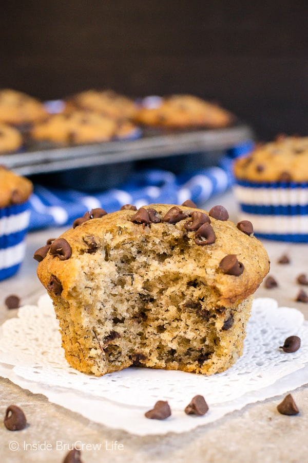 Peanut Butter Chocolate Chip Banana Muffins - a soft fluffy banana muffin loaded with chocolate chips and peanut butter makes a great breakfast. Make this easy recipe for an on the go breakfast this week. #breakfast #muffins #peanutbutter #banana #chocolatechips #brunch #freezerfriendly
