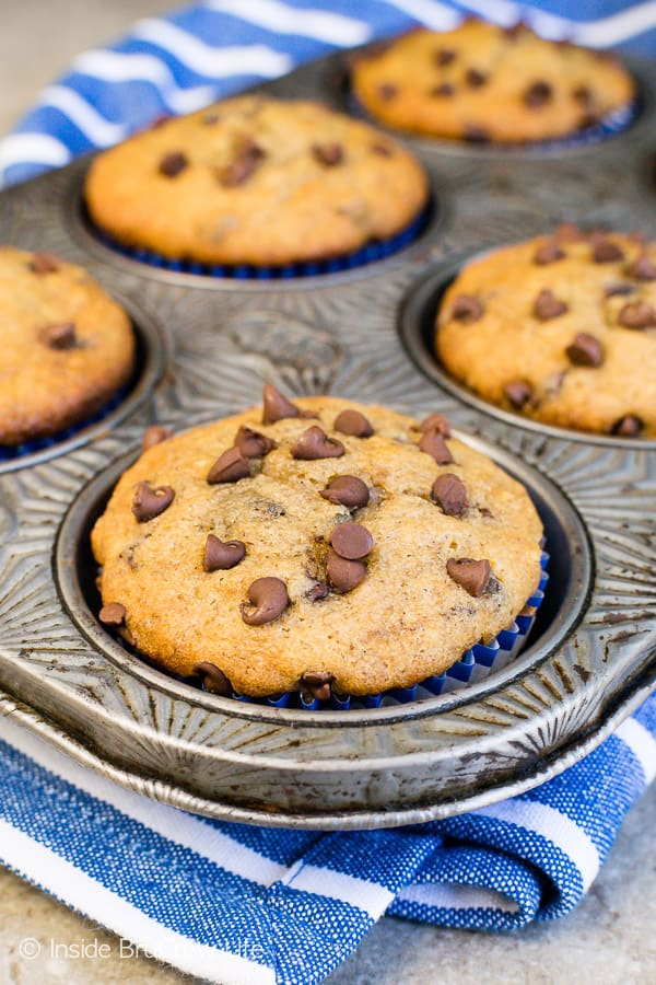 Peanut Butter Chocolate Chip Banana Muffins - these easy banana muffins are full of chocolate and peanut butter goodness. Try this easy breakfast recipe the next time you have ripe bananas. #breakfast #muffins #peanutbutter #banana #chocolatechips #brunch #freezerfriendly