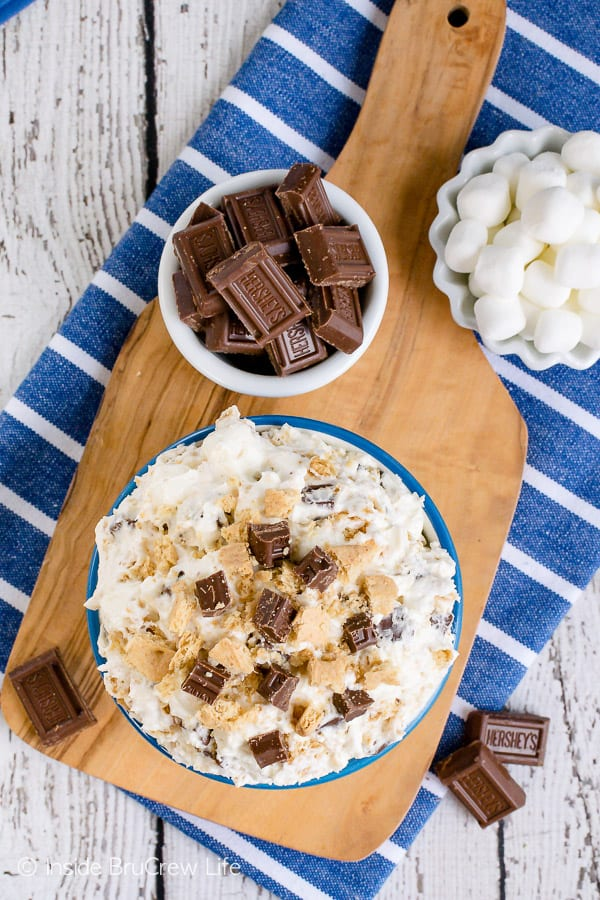 S'mores Cheesecake Fluff Salad - this creamy dessert salad is full of chocolate, marshmallow, and graham crackers. Perfect recipe to share at summer parties or picnics! #dessert #fluffsalad #smores #dessertsalad #picnic #chocolate #cheesecake #nobake