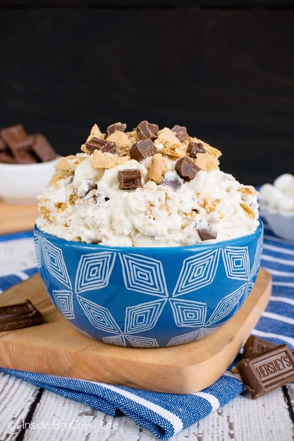 S'mores Cheesecake Fluff Salad - this creamy dessert salad is loaded with graham crackers, marshmallows, and candy bars. Make this creamy and delicious recipe for summer parties and picnics! #dessert #fluffsalad #smores #dessertsalad #picnic #chocolate #cheesecake #nobake