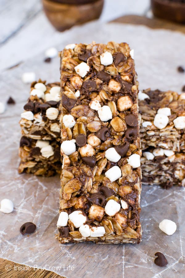 No Bake Nutella S'mores Granola Bars - these soft Nutella bars are loaded with marshmallows and chocolate. Perfect snack for after school snacks or breakfast! #granolabars #homemade #smores #nutella #snackbars #easy #recipe