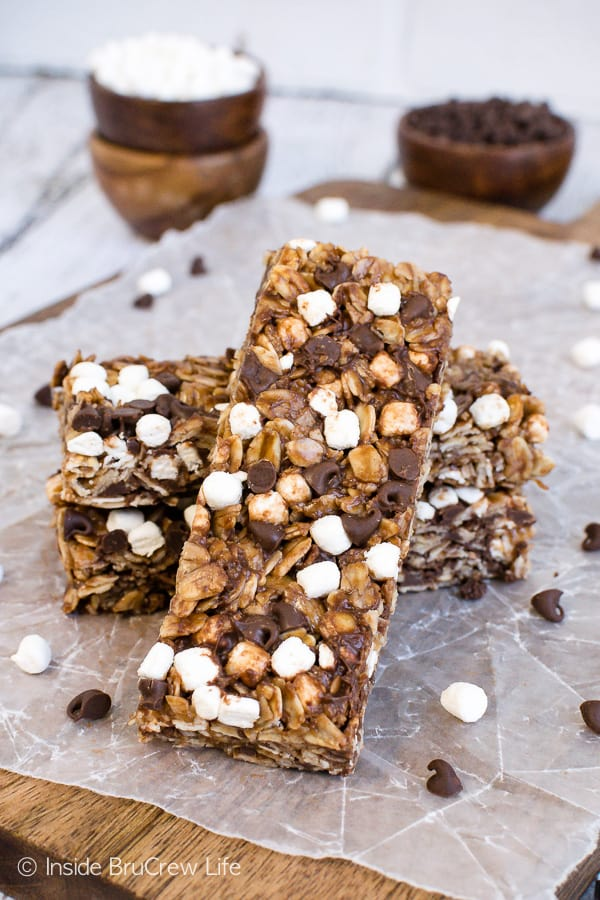 No Bake Nutella S'mores Granola Bars - chocolate chips and mini marshmallows add a fun flair to these homemade chocolate granola bars. Make this recipe for breakfast or after school snacks! #granolabars #homemade #smores #nutella #snackbars #easy #recipe