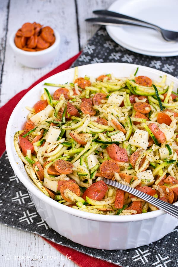 Healthy Pizza Zucchini Salad - a bowl of zucchini noodles and pizza toppings makes a great healthy side dish for summer picnics. Try this easy recipe for a healthy side dish option. #zucchini #zoodles #salad #pizza #pepperoni #healthy #leanandgreen #sidedish #picnic