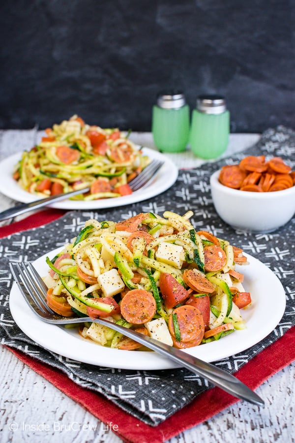 Healthy Pizza Zucchini Salad - pizza toppings and zucchini noodles make a healthy side dish that everyone will enjoy. Try this easy recipe for summer picnics and barbecues. #zucchini #zoodles #salad #pizza #pepperoni #healthy #leanandgreen #sidedish #picnic