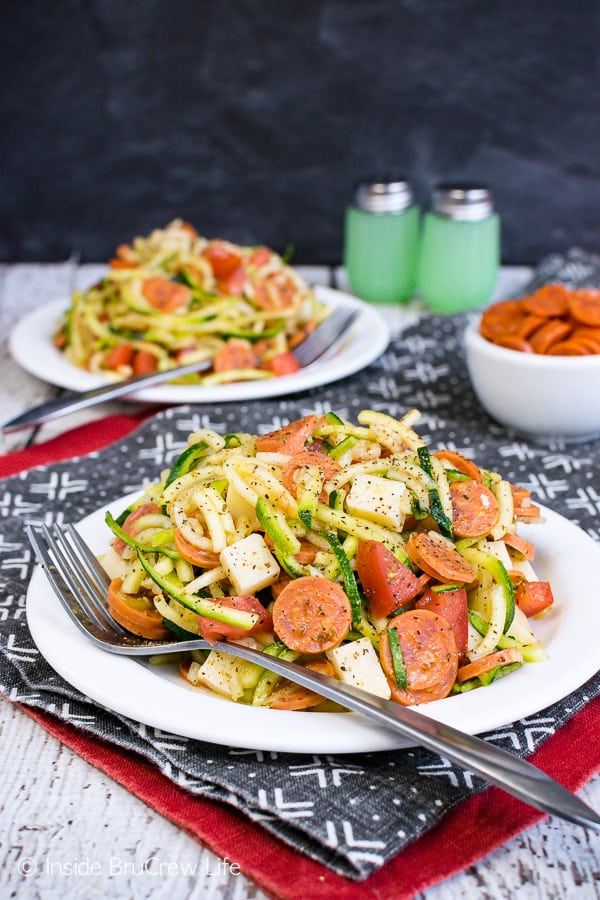 Healthy Pizza Zucchini Salad - enjoy your favorite pepperoni pizza flavor in an easy zucchini noodle salad. Make this recipe for summer picnics! #zucchini #zoodles #salad #pizza #pepperoni #healthy #leanandgreen #sidedish #picnic