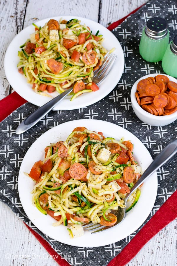 Healthy Pizza Zucchini Salad - enjoy your favorite pizza toppings in this healthy zucchini salad. Try this easy recipe for barbecues and summer picnics! #zucchini #zoodles #salad #pizza #pepperoni #healthy #leanandgreen #sidedish #picnic