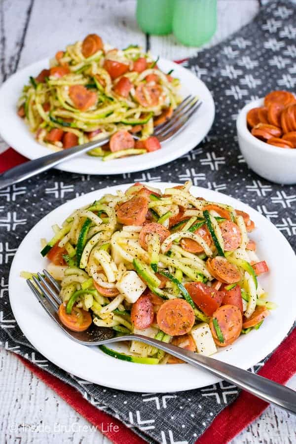 Healthy Pizza Zucchini Salad - zucchini noodles and pizza toppings make this easy summer salad a hit with everyone. Make this recipe for picnics and barbecues. #zucchini #zoodles #salad #pizza #pepperoni #healthy #leanandgreen #sidedish #picnic