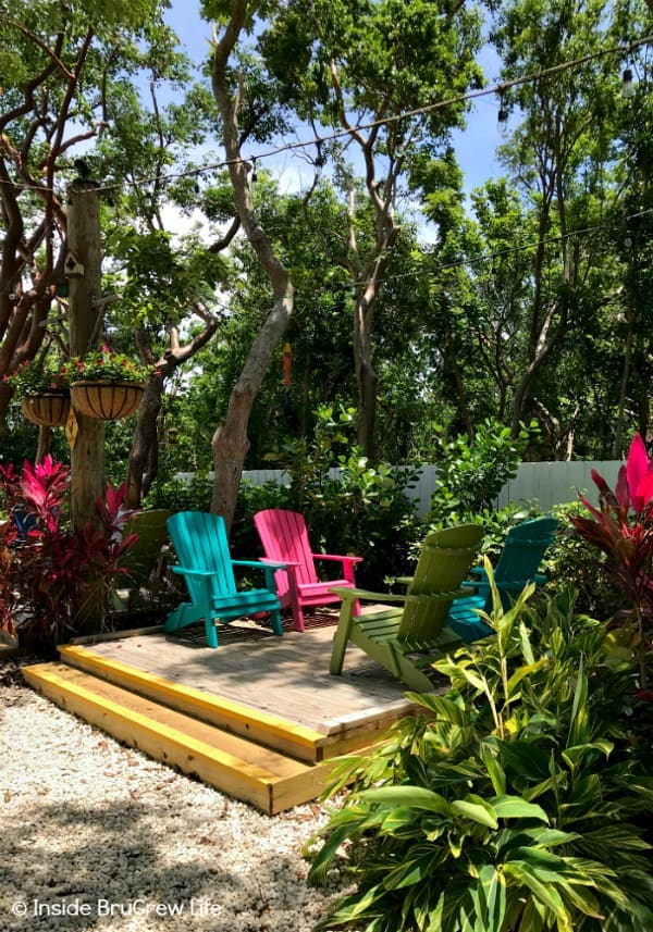 Fun Things to do While Driving the Florida Keys - enjoy a slice of pie from the Blond Giraffe Key Lime Pie Factory. They have a cute outdoor garden are for you to enjoy while eating your key lime desserts. #travel #Florida #sunshinestate #roadtrip