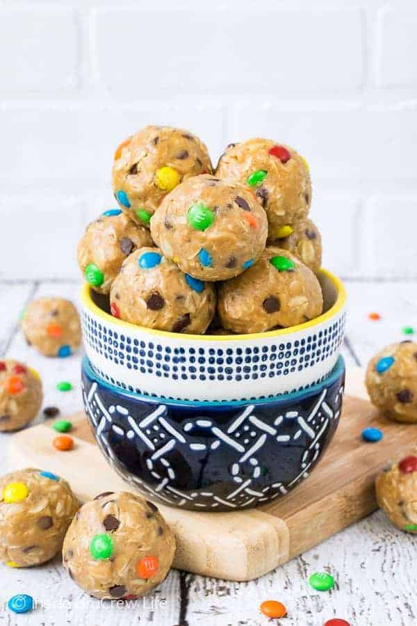 No Bake Monster Cookie Dough Bites - these easy oatmeal bites are loaded with peanut butter, oats, & chocolate. Great healthy recipe to make for breakfast or after school snacks! #energybites #oatmealbites #peanutbutter #healthy #afterschoolsnack #oats #cookiedough #nobake #monstercookies