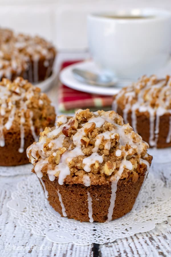 Apple Pecan Streusel Muffins - the sweet glaze and crunchy topping on these soft apple muffins is so delicious! Try this recipe for breakfast this fall. #apple #muffins #fall #breakfast #pecan #afterschoolsnacks