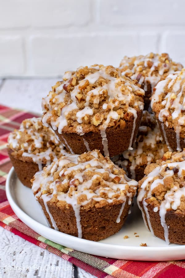 Apple Pecan Streusel Muffins - a crunchy streusel topping adds so much flavor and goodness to these soft apple muffins. Perfect recipe for breakfast this fall. #apple #muffins #fall #breakfast #pecan #afterschoolsnacks