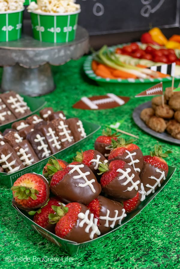 Easy Football Party Ideas - quick and easy tips for planning a simple game day gathering with snacks, decorations, drinks, and dessert! #footballparty #gameday #gamedaysnacks #farmrich #ad #winndixie #partytips