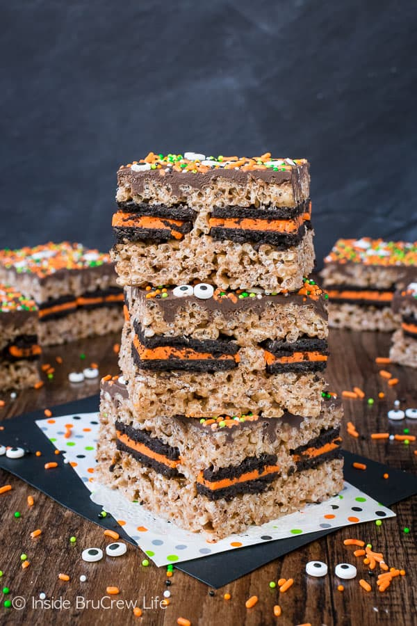 Halloween Oreo Stuffed Rice Krispie Treats - a layer of Oreo cookies and sprinkles turn these rice krispie treats into a fun fall treat! These are the perfect treats for parties and bake sales! #ricekrispies #oreocookies #nobakedessert #fall #chocolate #halloween #bakesaletreats