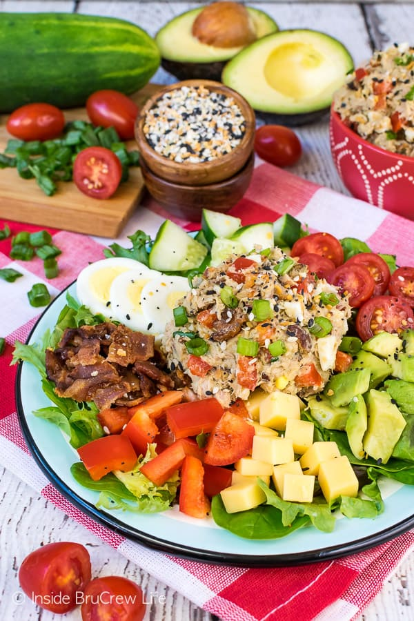 Everything Tuna Salad - this healthy tuna salad is made with Greek yogurt, avocado, and everything seasoning. Enjoy a big scoop on a salad for a healthy low carb dinner! #tunasalad #healthy #dinner #leanandgreen #everythingseasoning #avocado #salad #lowcarb