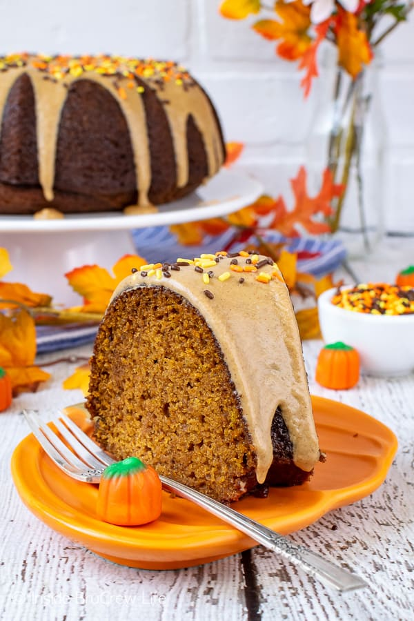 Pumpkin Spice Bundt Cake - this easy bundt cake is filled with fall spices and topped with a sweet cinnamon maple glaze. The taste and smell is so delicious! Make this recipe for fall dinners or parties! #bundtcake #dessert #fall #pumpkin #pumpkinspice #cake #thanksgiving
