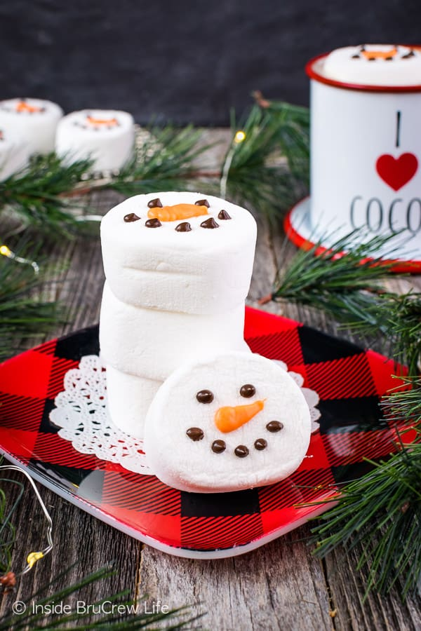 Floating Marshmallow Snowmen - these easy snowmen marshmallows make a great gift to give with a cup and some hot chocolate mix. Easy edible craft that the kids can help make! #marshmallow #snowmen #hotchocolate #ediblecraft #easy #holiday