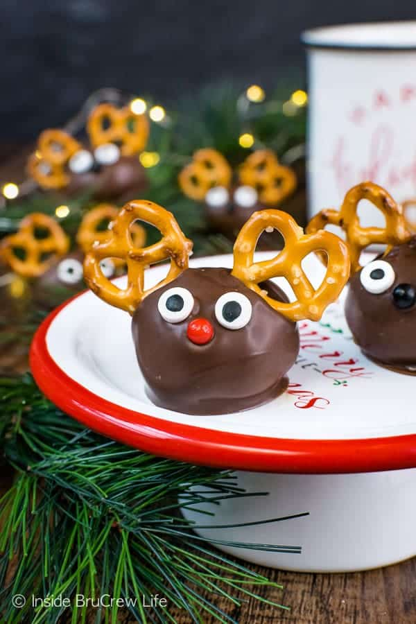 Peanut Butter Reindeer - easy peanut butter balls dipped in chocolate and decorated to look like reindeer are a fun treat to add to cookie trays. Easy no bake recipe for the holidays! #peanutbutter #truffles #chocolate #reindeer #christmas #nobake