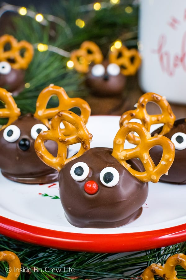 Peanut Butter Reindeer - peanut butter balls decorated with chocolate, pretzels, and candy eyes make the cutest holiday reindeer. Make this easy no bake recipe for Christmas cookie trays! #peanutbutter #truffles #chocolate #reindeer #christmas #nobake