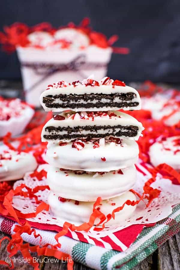 Peppermint Bark Oreo Thins - white chocolate covered Oreos topped with peppermint bits makes a fun and easy cookie for the holidays. Great recipe to make when you do not have time to bake! #cookies #nobake #peppermint #whitechocolate #easy #holidaydessert #cookieexchange #christmas