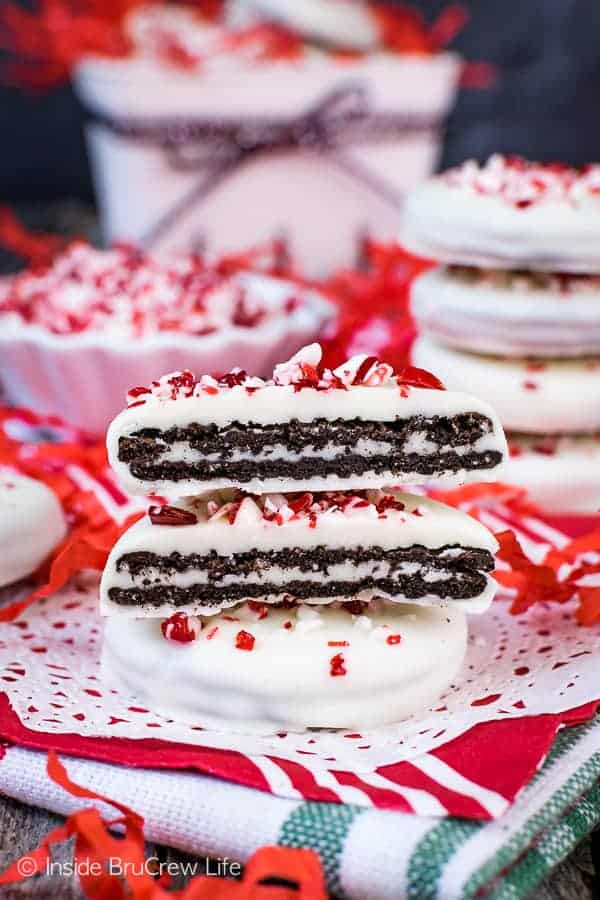 Peppermint Bark Oreo Thins - all you need is three ingredients to make these easy no bake holiday cookies. Perfect cookie to make for those cookie exchanges when you are too busy to bake. #cookies #nobake #peppermint #whitechocolate #easy #holidaydessert #cookieexchange #christmas
