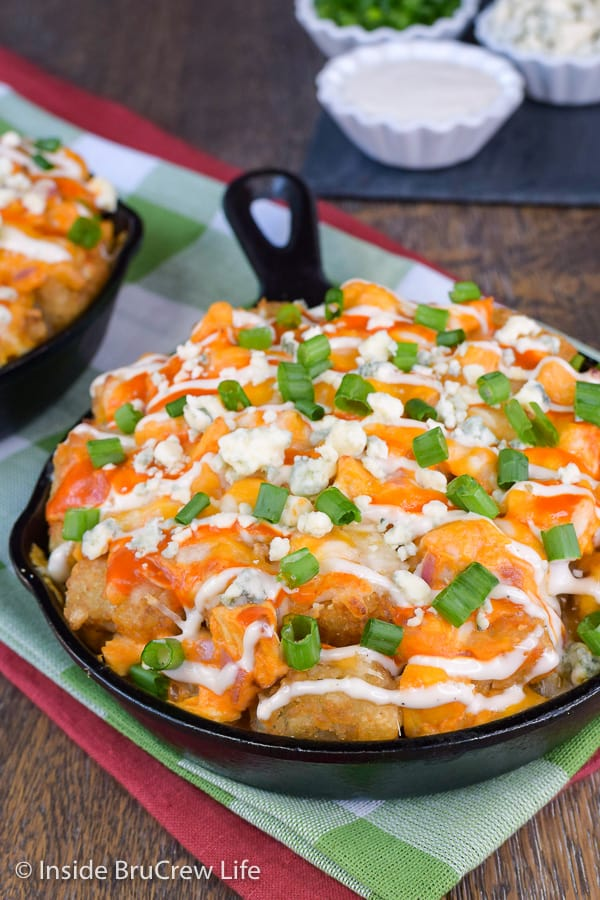 Buffalo Chicken Totchos - enjoy your favorite buffalo chicken dip on top of tater tots for a delicious and easy appetizer. Great for game day parties! #buffalochicken #tatertotnachos #totchos #gameday #appetizer