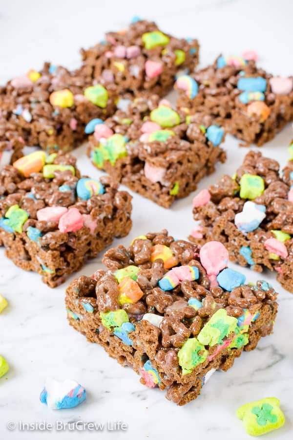 Lucky Charms Marshmallow Treats - extra marshmallows and chocolate cereal make these easy cereal bars disappear in a hurry. Make this easy recipe for after school snacks and parties! #nobaketreats #luckycharms #cerealbars #luckycharmstreats #stpatricksday