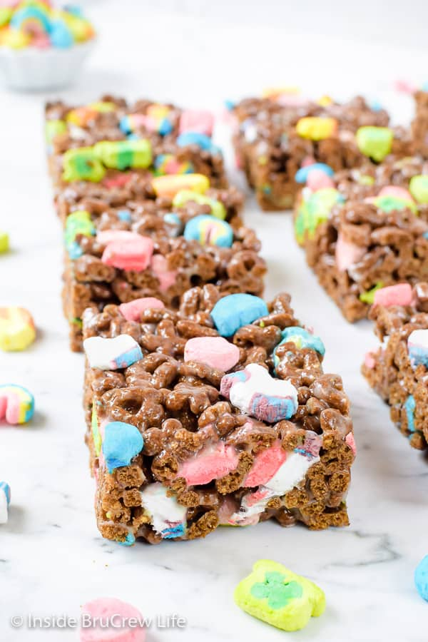 Lucky Charms Marshmallow Treats - these easy no bake cereal bars are loaded with magically delicious marshmallows! Make this easy recipe for parties and after school snacks! #nobaketreats #luckycharms #cerealbars #luckycharmstreats #stpatricksday