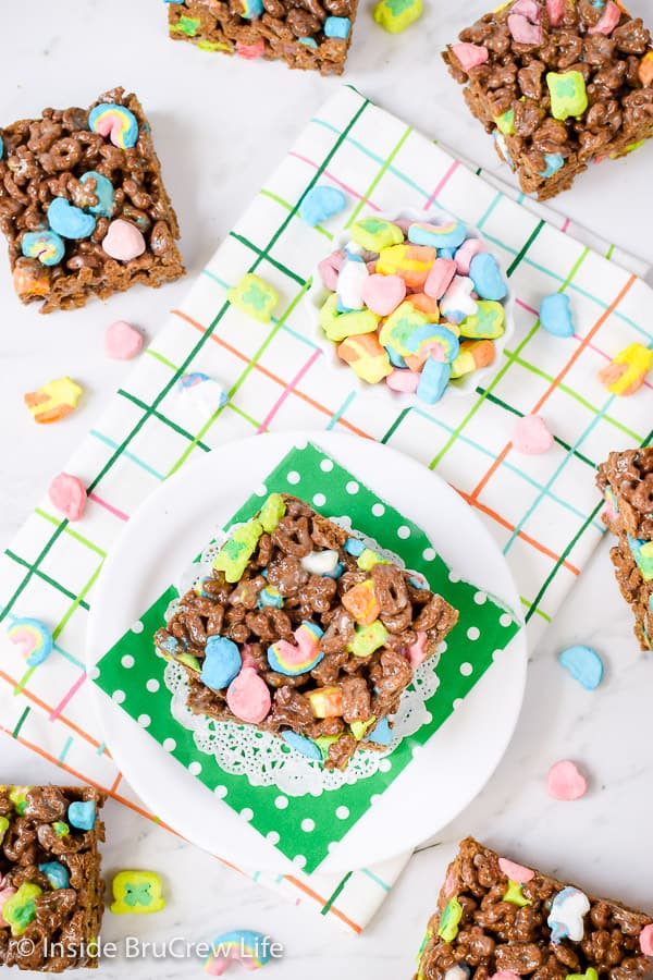 Lucky Charms Marshmallow Treats - make these easy no bake treats with a box of chocolate Lucky Charms. These easy cereal bars are great for after school snacks or lunch boxes! #nobaketreats #luckycharms #cerealbars #luckycharmstreats #stpatricksday