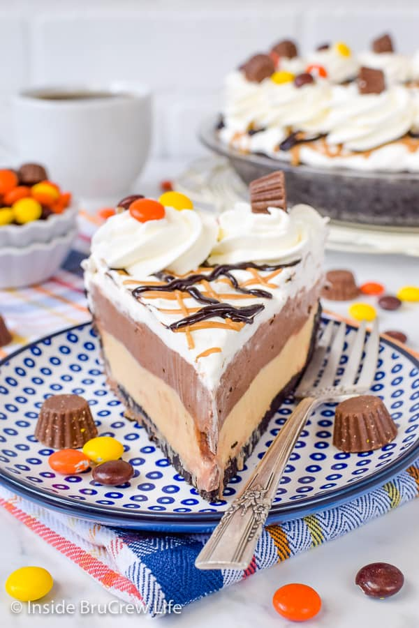 Chocolate Peanut Butter Pie - a chocolate cookie crust filled with creamy layers of chocolate and peanut butter make this no bake pie disappear every time! Try this recipe when you need an easy dessert! #pie #peanutbutter #chocolate #nobake #pieday #chocolatepeanutbutter #reeses